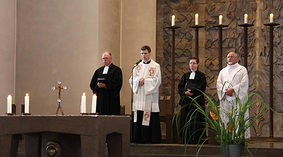 Superintendent Hitzbleck, Stadtdechant Janßen, Assessorin Tietsch-Lipski und Rolf Völker (Katholikenrat) in der Kirche St. Mariae Geburt