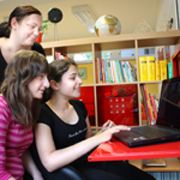 Diana Seeger übt mit zwei Schülerinnen am Laptop.